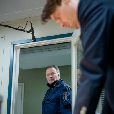 Näyttelijät Kari Hietalahti (vas) ja Andrei Alén (oik) Yellow Film & TV:n tuottaman poliisisarjan Roban kuvauksissa, Helsinki, 12.1.2021.