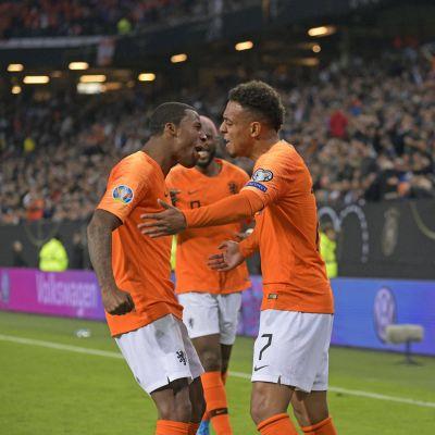 Georginio Wijnaldum och Donyell Malen firar ett mål.