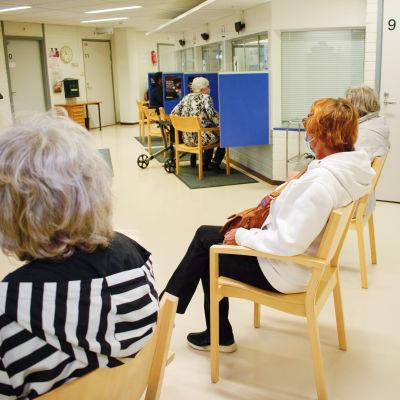Turun keskustan terveysaseman aulassa ihmisiä odottamassa vuoroaan.