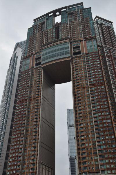 Bild på ett jättelikt höghus i centrala Hongkong.