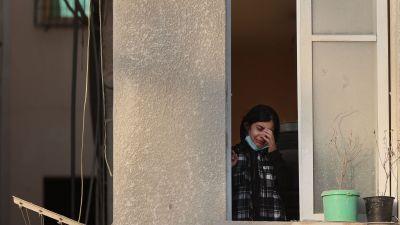 En palestinsk flicka grät i sitt fönster på söndag morgon då hon tittade ut över ruinerna efter grannhus.