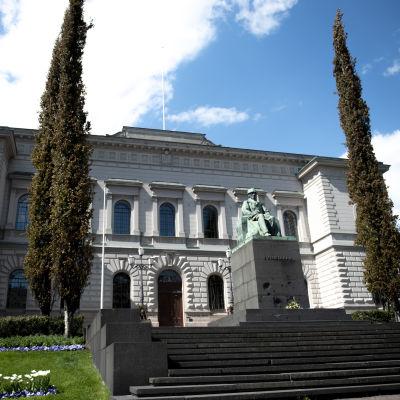 Kuvassa on Suomen Pankin rakennus Helsingissä. Rakennuksen edessä on J. V. Snellmanin patsas.