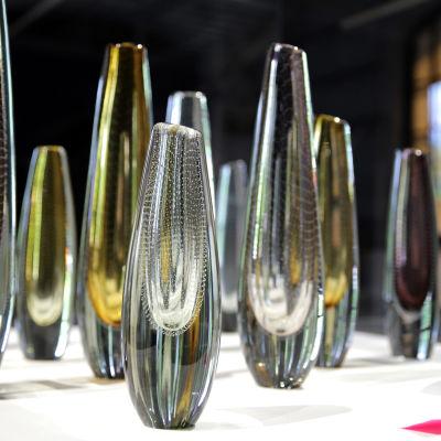 Gunnel Nymanin lasimaljakoita näyttelyvitriinissä