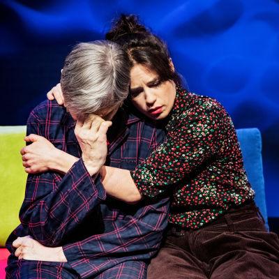 Asko Sarkola och Cecilia Paul i Pappan på Svenska Teatern.