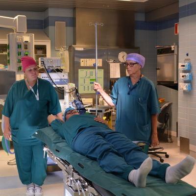 tre sjukskötare improviserar en operation i en operationssal