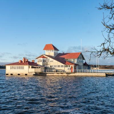 Restaurang Knipan, ett hus byggt på pålar i vatten. Finns i Ekenäs.