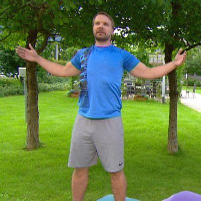 Personal trainer Jarno Härkönen antoi Aamu-tv:ssä ohjeita niska-hartiaseudun jumppaan.