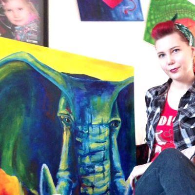 Nainen taideteoksen vierellä