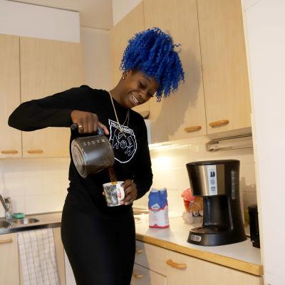 koripalloilija Zykera Rice kaataa kahvia keittiössään
