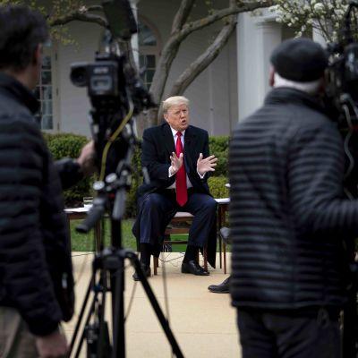 Presidentti Donald Trump maaliskuussa Valkoisessa talossa Fox Newsin keskustelutilaisuudessa.
