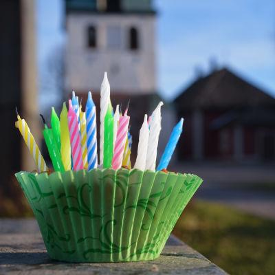 En muffins med jättemånga tårtljus i. Placerad utanför domkyrkan i Borgå.