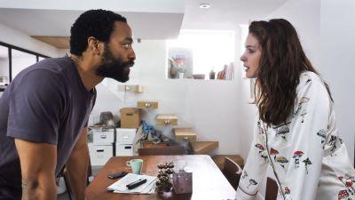 Chiwetel Ejiofor och Anne Hathaway står mittemot varandra i ett kök och ser allvarligt på varandra.