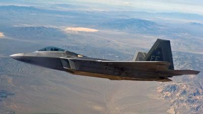 Ett F-22 Raptor-jaktplan med Area 51 i bakgrunden.