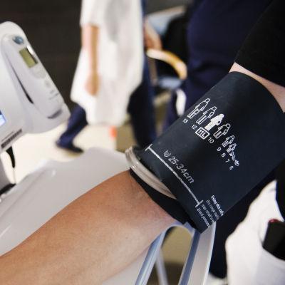 Verenpaineen mittausta