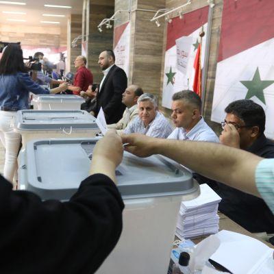 Syyrian presidentinvaalien äänestyspaikat avautuivat keskiviikkoaamuna. Kuvassa kerätään ääniä Syyrian pääkaupungissa Damaskoksessa.