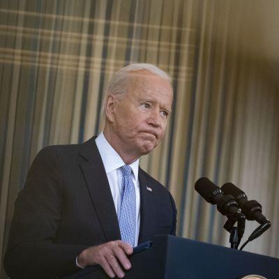 Joe Biden puhumassa  huolestuneen näköisenä Valkoisessa talossa 24. syyskuuta.