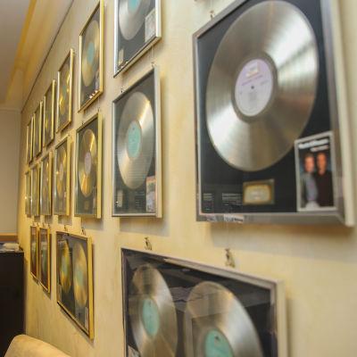 Kultalevyjä Matin ja Tepon omistaman MTR-Music-yhtiön seinällä.