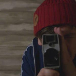 Mies kuvaa vanhalla videokameralla.