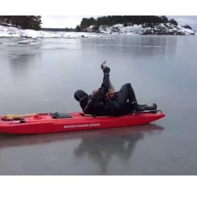Ytbärgare Jari Kuutti räddar en svan