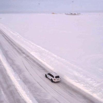 auto ajaa jäällä