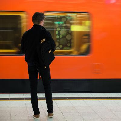 Ihimen metroasemalla odottamassa junaa