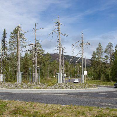 Ylläsjärven liikenneympyrä, taustalla Yllästunturi