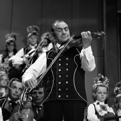 Mestaripelimanni Konsta Jylhä esiintyy Kaustisen kansanmusiikkifestivaaleilla 1972.