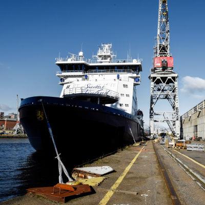 Isbrytaren Polaris sett framifrån förtöjd vid Sanvikens varv 4.10.2016.