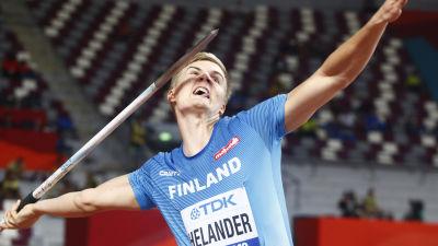Oliver Helander grimaserar då han kastar ett spjut.