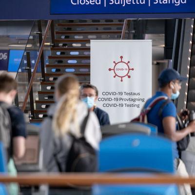 Matkustajia kentällä, Helsinki-Vantaan lentoasema, 11.8.2020.
