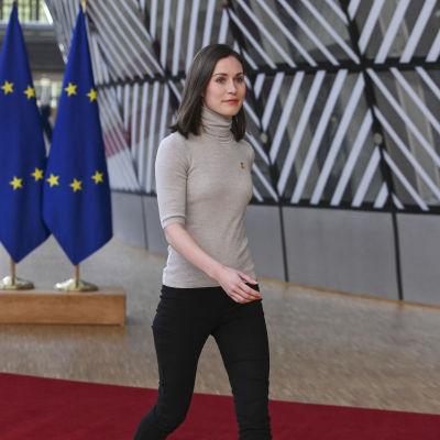 Sanna Marin anländer till mötesplatsen i Bryssel.
