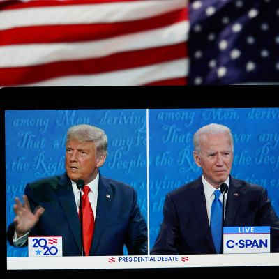 Donald Trump ja Joe Biden ruudulla. Taustalla USA:n lippu.