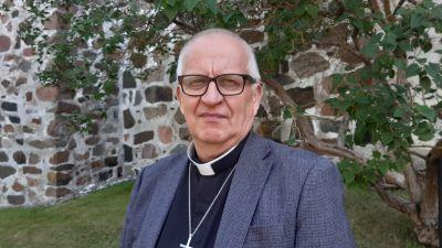 Harry Backström, kyrkoherde i Väståbolands svenska församling, framför Pargas kyrka.