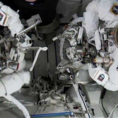 Yhdysvaltalainen Timothy Kopra ja toinen avaruuskävelyyn osallistunut astronautti, britti Timothy Peake.