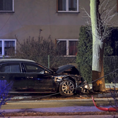 Den polska premiärministerns bil körde våldsamt in i ett träd efter att ha blivit påkörd av en liten personbil