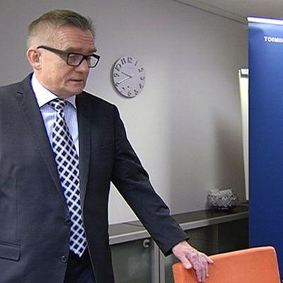 STTK:n puheenjohtaja Mikko Mäenpää lehdistötilaisuudessa.