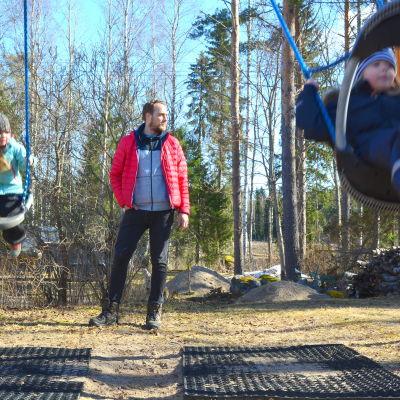 Fredrik Lång kämpar för byskolan.