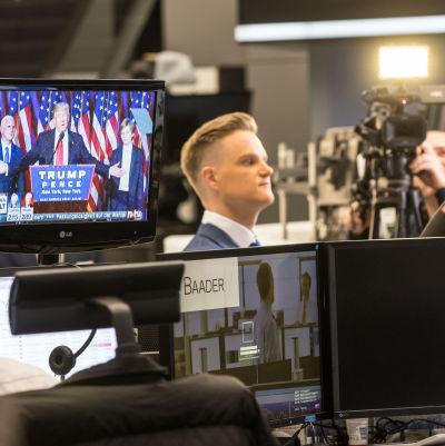 På golvet på börsen i Frankfurt. Mäklare följer med Donald Trumps tal i tv.