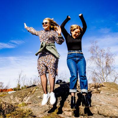 Katri Ylinen ja Laura Wathén hyppäävät ilmaan iloiten.