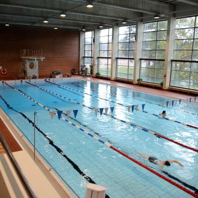 Kuusankosken uimahallissa uimareita