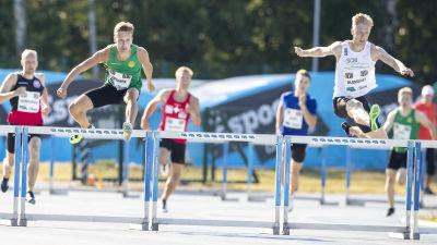 Jonni Blomqvist springer häck.
