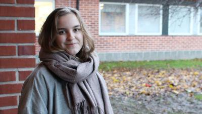 kvinna framför skola