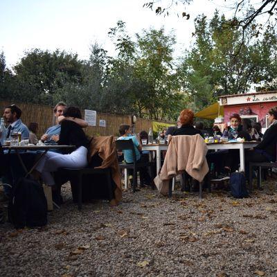 Roomassa ei enää istuskella ravintolassa iltaisin, koska ravintolat suljetaan koronamääräysten takia kello 18. Sen sijaan tavataan aamiaisen tai lounaan merkeissä.