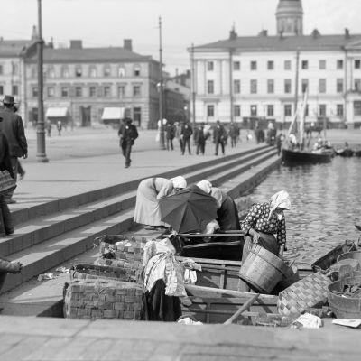 Vendors at Kolera-allas by Kauppatori market square