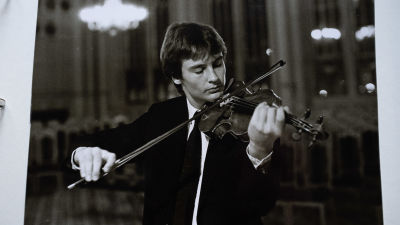 Ett svartvitt foto på en ung Jan Söderblom som spelar violin.