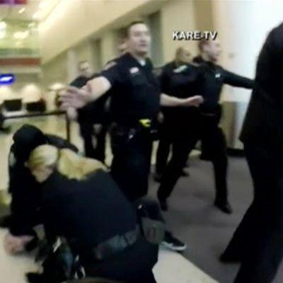 Mielenosoittajat ja poliisit ottivat yhteen Minneapolisin lentokentällä 23. joulukuuta.