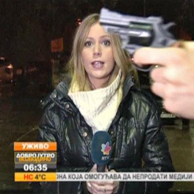 Serbiassa kuvausryhmä teki perjantaina suoraa lähetystä kadulla, kun ohi kulkenut mies heilutti revolveria reportterin ja kameran välissä.