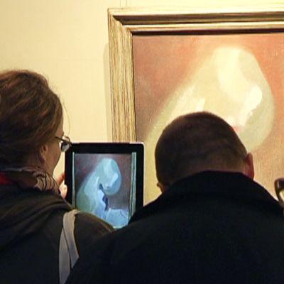 Yleisö tarkastelee Helene Schjerbeckin teosta Vaaleatukkainen tyttö.