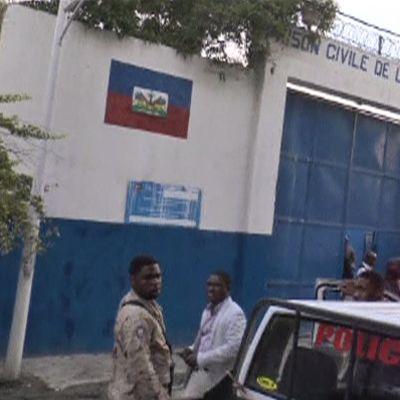 Poliisiviranomaisia Arcahaien vankilan edustalla Haitilla 22. lokakuuta 2016.