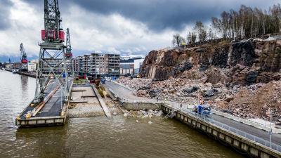 En sprängning vid Varvsstranden i Åbo har lett till att en väg blockeras